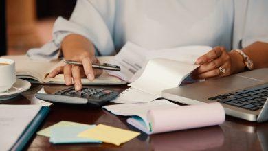Las manos de una mujer utilizando una calculadora
