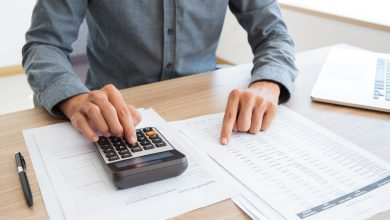 hombre haciendo cuentas con calculadora