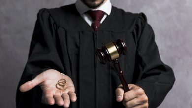 juez mostrando anillos de matrimonoi