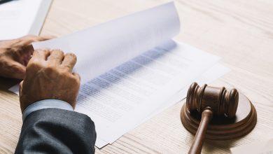 juez leyendo un fallo